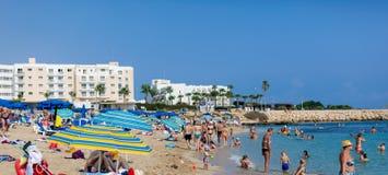 Échouez avec beaucoup de personnes en Chypre, Protaras Photos stock