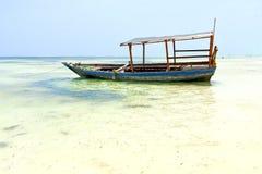 échouez dans la navigation de ciel d'île de sable d'algue de Zanzibar Photo stock