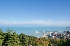 Échouez en Mer Adriatique avec l'eau bleue, des usines, à sable jaune et avec une vue merveilleuse photos stock
