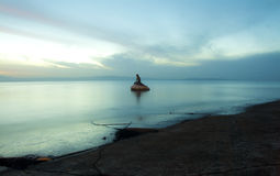 Échouez la ligne pendant l'heure bleue avec la statue de sirène au centre Images libres de droits