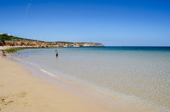 Échouez la scène montrant le sable, la mer et le ciel Photographie stock