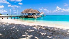 Échouez la vue à la station de vacances Maldives de quatre saisons chez Kuda Huraa Photographie stock