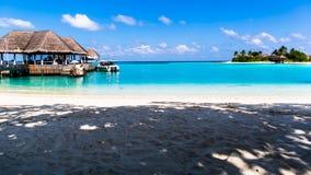 Échouez la vue à la station de vacances Maldives de quatre saisons chez Kuda Huraa Photos libres de droits