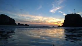 Échouez le coucher du soleil de skyset sur une plage les Cornouailles de perranporth Photographie stock