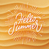Échouez le fond de texture de sable et l'été fait main de lettrage bonjour Photos libres de droits