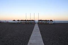 Échouez le parapluie de chaise longue et de plage à la plage sablonneuse isolée Costa del Sol (côte du Sun), Malaga en Andalousie Photo stock
