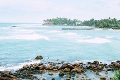 Échouez le paysage, bateau de pêche dans l'océan bleu transparent images stock