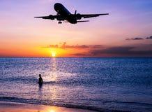 Échouez le sable avec le coucher du soleil d'avion et de ciel au crépuscule Image stock