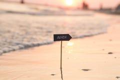 échouez le signe et le coucher du soleil, idée de vacances de vacances Photos libres de droits