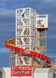 Échouez le skelter de helter contre un ciel bleu dans Weymouth, Dorset Photo libre de droits