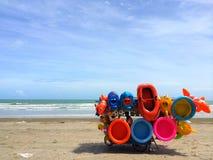 Échouez le vendeur vendant les jouets gonflables sur la plage photographie stock libre de droits