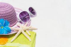 Échouez les accessoires comprenant des lunettes de soleil, étoiles de mer, chapeau de plage et photos stock