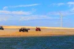 Échouez les boguets et la turbine de vent sur des dunes/Galinhos, Brésil Photographie stock
