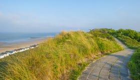 Échouez les carlingues le long des dunes accidentées sur une plage récréationnelle au printemps photos libres de droits