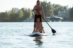 Échouez les couples d'amusement tiennent dessus le panneau de palette SUP05 Photographie stock libre de droits