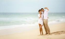 Échouez les couples de vacances prenant la photographie de selfie utilisant le smartphone Photographie stock libre de droits