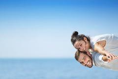 Échouez les couples riant dans le romance d'amour des vacances de lune de miel de voyage Photographie stock libre de droits