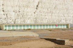 Échouez les huttes chez Rottingdean, le Sussex, Angleterre images stock