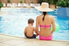 échouez les jeunes blancs de vacances tropicales de sable de la famille quatre Image libre de droits