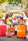 échouez les jeunes blancs de vacances tropicales de sable de la famille quatre Images stock