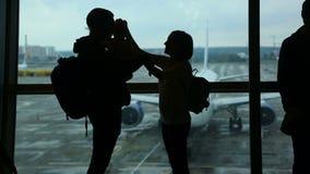 échouez les jeunes blancs de vacances tropicales de sable de la famille quatre aéroport banque de vidéos