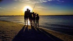 échouez les jeunes blancs de vacances tropicales de sable de la famille quatre photo libre de droits