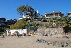 Échouez les maisons avant à la crique de Shaws, Laguna Beach, la Californie Images libres de droits