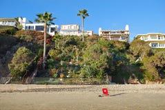 Échouez les maisons avant en Crescent Bay, Laguna Beach du nord, la Californie Image libre de droits