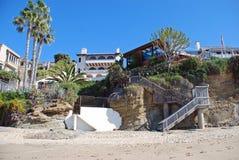 Échouez les maisons avant en Crescent Bay, Laguna Beach du nord, la Californie Photographie stock