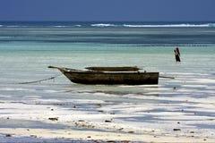 échouez les masais et le bateau d'algue en Tanzanie Zanzibar photographie stock libre de droits