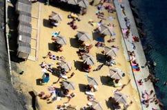 Échouez les parasols, parasols d'une taille, vue supérieure Image stock