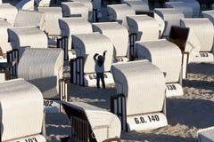 Échouez les sièges couverts par osier de paniers ou le Strondkorbes, île de Rugen Photos libres de droits