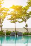 Échouez les sièges près de la piscine avec la lumière du soleil douce Images stock