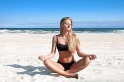 Échouez les vacances Belle femme bronzée dans le bikini détendant sur la plage tropicale Photographie stock