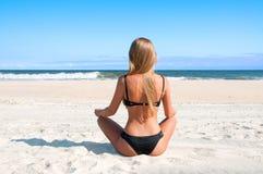 Échouez les vacances Belle femme bronzée dans le bikini détendant sur la plage tropicale Image libre de droits