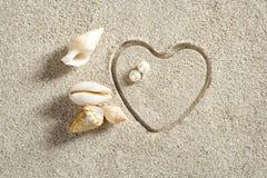 Échouez les vacances d'été blanches d'impression de forme de coeur de sable Photos libres de droits