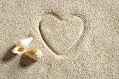 Échouez les vacances d'été blanches d'impression de forme de coeur de sable Image libre de droits