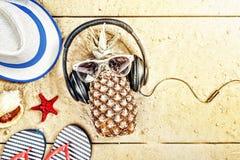 Échouez, les vacances de bord de la mer, ananas, sur la plage, des écouteurs, vacances Vue supérieure Photographie stock libre de droits