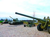 Échouez T 32 et puis une arme soviétique de combat d'obusiers de canon de WWII Photo stock