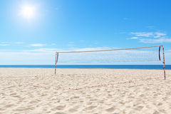 Échouez une cour de volleyball en mer. Images libres de droits