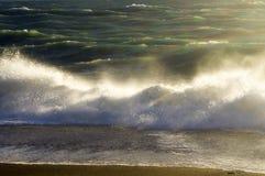 Éclabousse d'une vague en mer préoccupée Image libre de droits