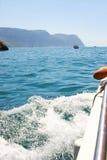 Éclabousse de l'eau de mer pendant le bateau Photo stock