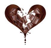 Éclabousse du chocolat sous forme de coeur des morceaux Photos libres de droits