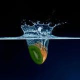 Éclaboussement de l'eau de kiwi Photographie stock libre de droits
