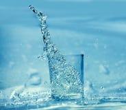 Éclaboussement de l'eau des glas Images stock