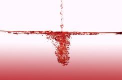 Éclaboussement de l'eau rouge Photo stock