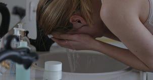 Éclaboussement de l'eau sur le visage banque de vidéos