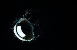 Éclaboussement de la bulle sur le fond noir Image stock