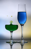 Éclaboussement des baisses de l'eau sur le verre de vin Photos stock