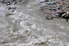 Éclaboussement des eaux d'une rivière de montagne Torrent de montagne au Tyrol, Autriche photo libre de droits